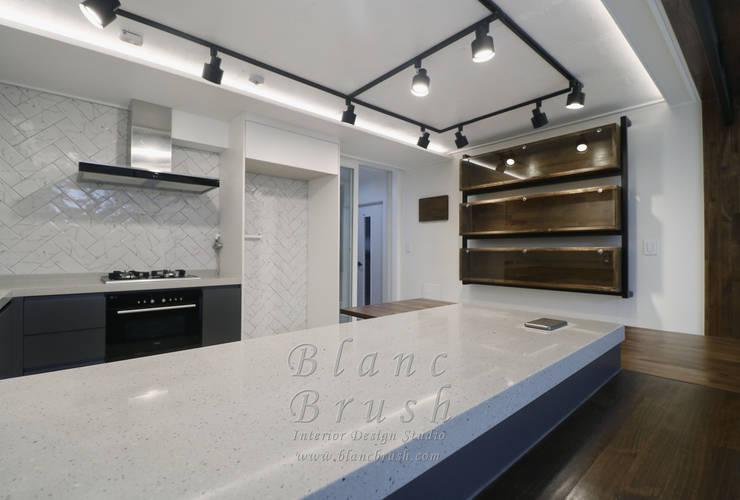 서초동 금호 어울림 아파트 46평 인테리어: 블랑브러쉬의  주방,모던