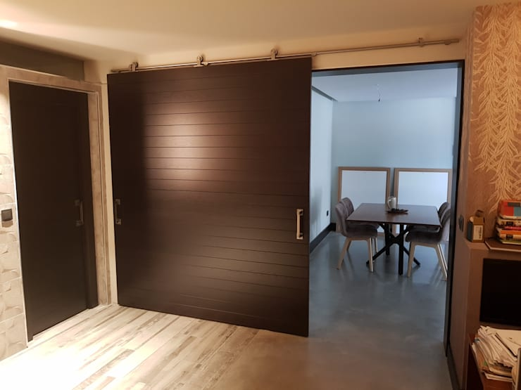 Puerta corredera de gran dimensión: Puertas correderas de estilo  de MODULAR HOME