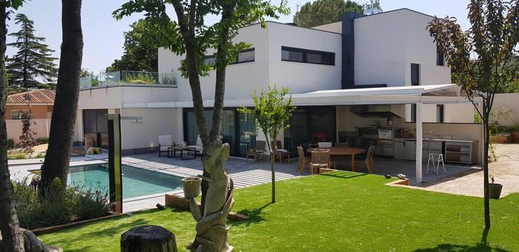 Jardín con piscina y parte posterior de vivienda : Estanques de jardín de estilo  de MODULAR HOME