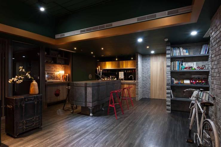 以蘇州風情為主要概念, 以西方古典風格的吧台為引賓台,用西方古典來點綴來突顯中式風格:  餐廳 by 敘述室內裝修設計有限公司