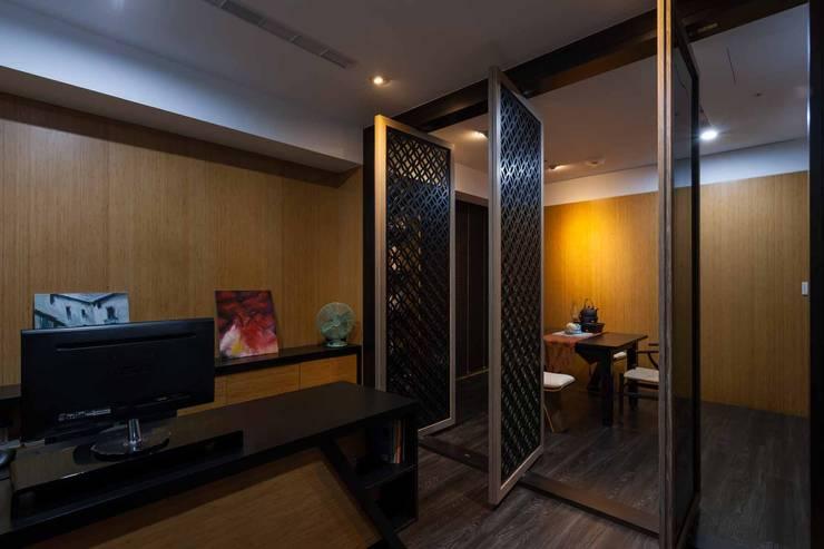 旋轉門隔開辦公室和洽談區:  書房/辦公室 by 敘述室內裝修設計有限公司