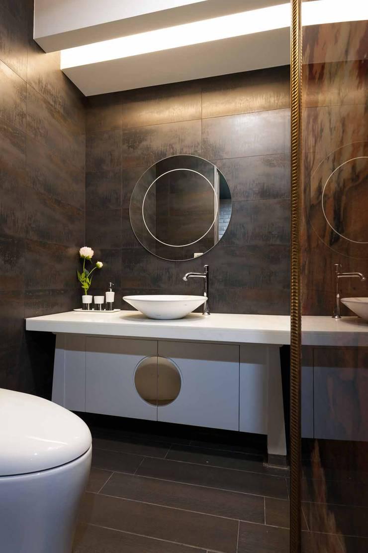 客廁:  浴室 by 敘述室內裝修設計有限公司
