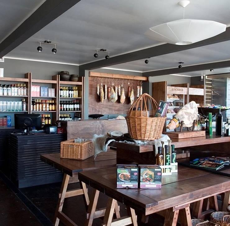 Local Emporio de productos gourmet con materiales reciclados: Oficinas y Comercios de estilo  por INFINISKI