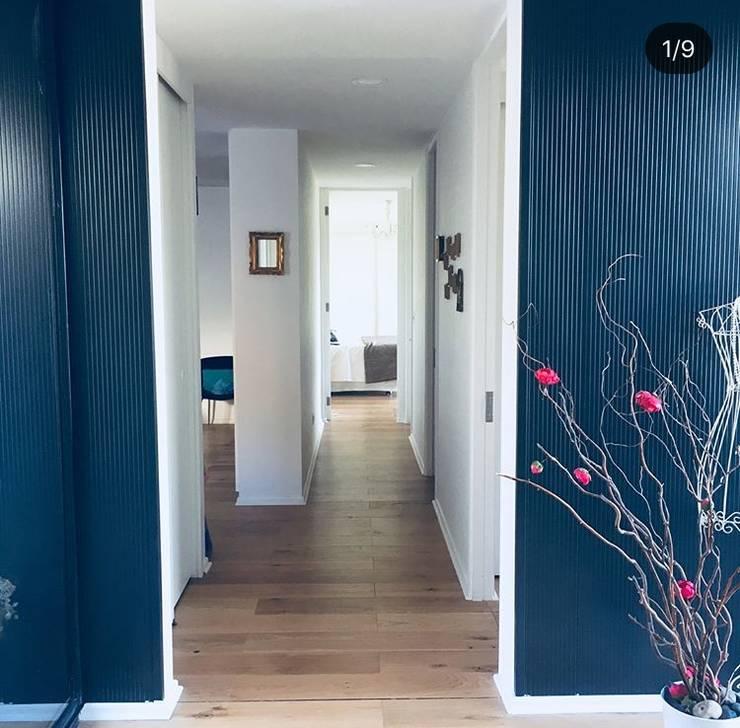 Acceso a vivienda Eco Chamisero: Pasillos y hall de entrada de estilo  por INFINISKI