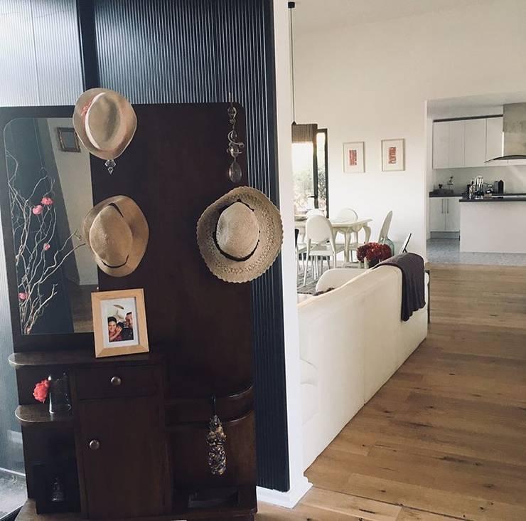 Acceso Vivienda Eco Chamisero: Pasillos y hall de entrada de estilo  por INFINISKI