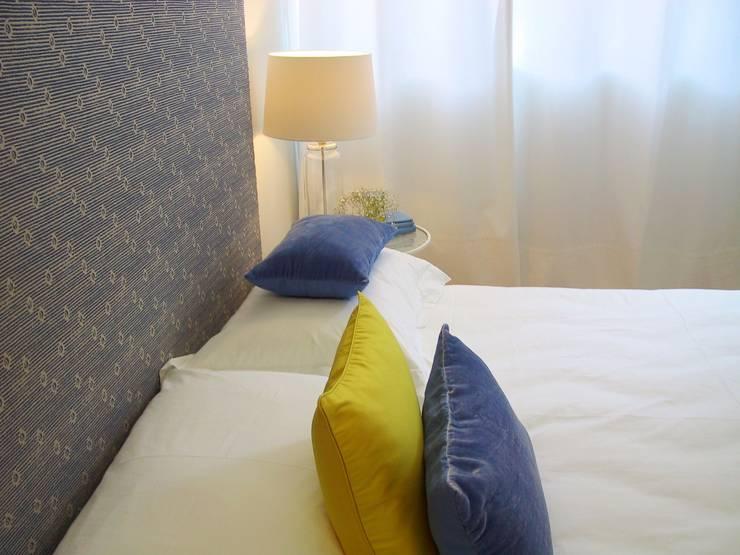 Quarto de casal em tons de azul e amarelo: Quarto  por Tangerinas e Pêssegos - Design de Interiores & Decoração no Porto