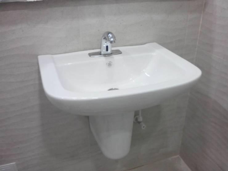 Lavamanos Semipedestal Personas Discapacitadas: Baños de estilo  por End International, Minimalista Cerámico