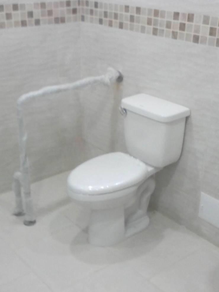 Sanitario Personas Discapacitadas: Baños de estilo  por End International, Minimalista Cerámico