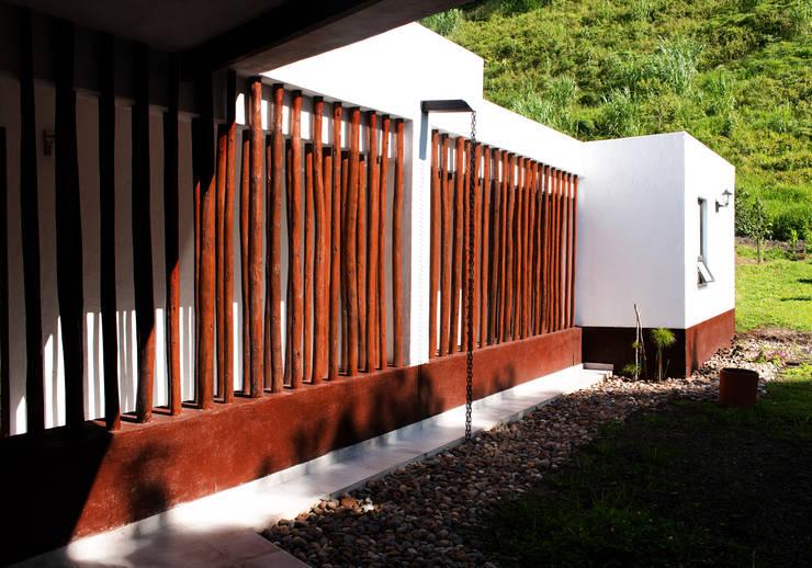 Rustic style corridor, hallway & stairs by EVA Arquitectos SAS Rustic