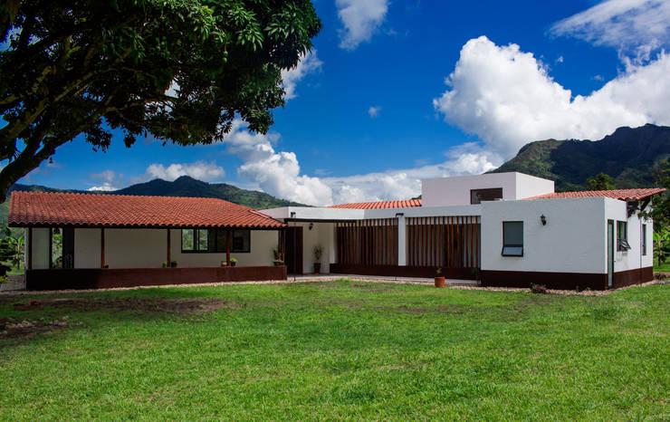 Fachada principal Casas de estilo rural de EVA Arquitectos SAS Rural