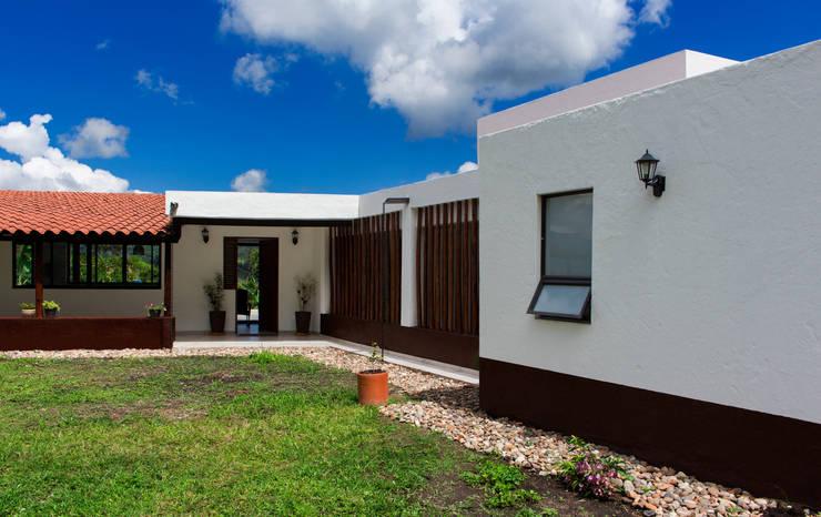 Fachada principal 2 Casas de estilo minimalista de EVA Arquitectos SAS Minimalista