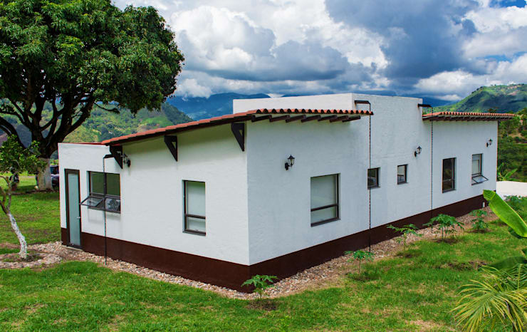 Country style house by EVA Arquitectos SAS Country