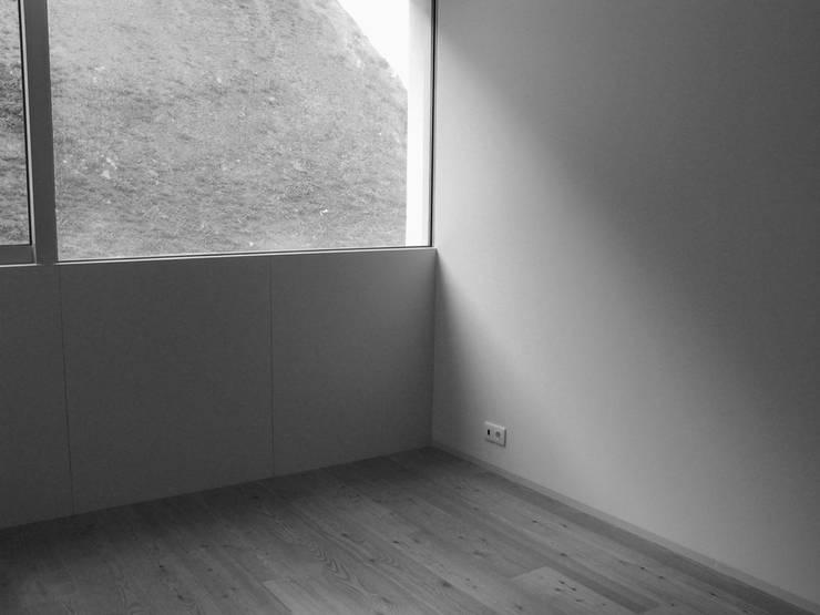 Quarto juvenil de apartamento de férias :   por Tangerinas e Pêssegos - Design de Interiores & Decoração no Porto