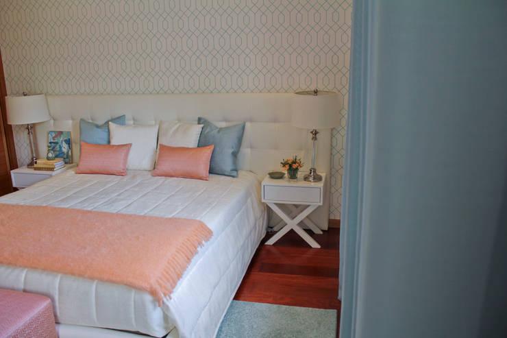 Quarto de casal Porto: Quartos  por Tangerinas e Pêssegos - Design de Interiores & Decoração no Porto