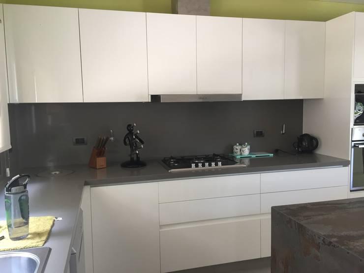 Mueble laqueado blanco: Muebles de cocinas de estilo  por Arq Andrea Mei   - C O M E I -,