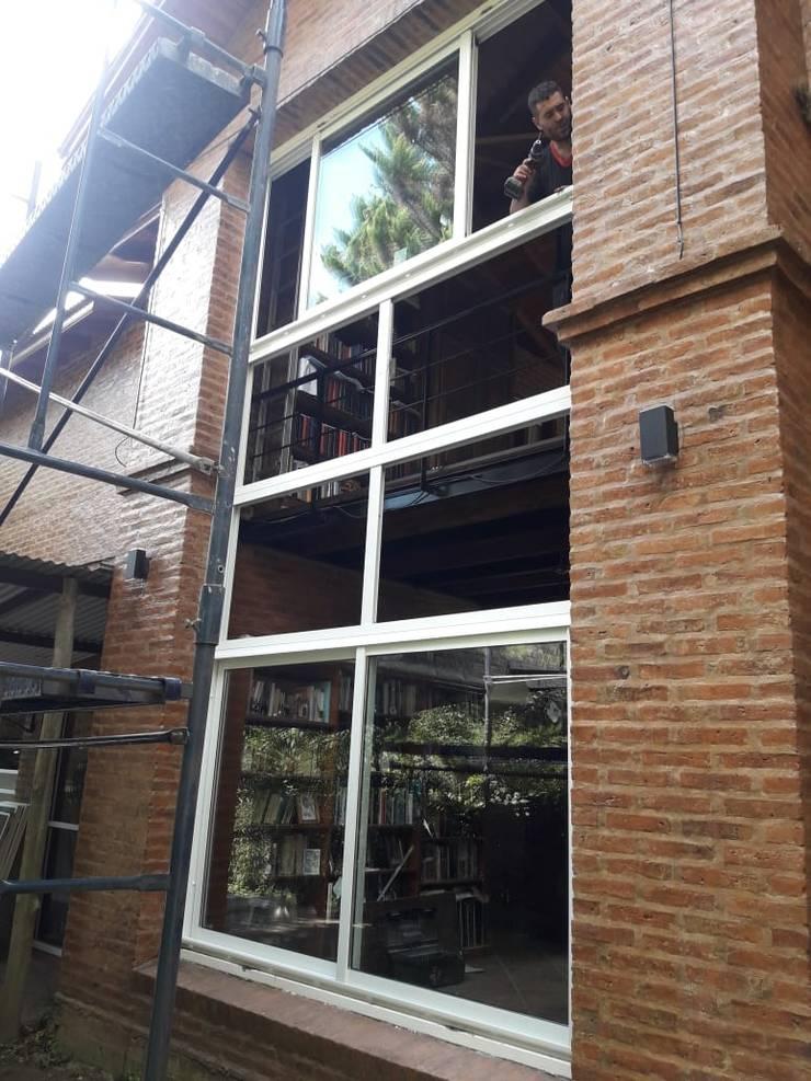 Cerramientos de aluminio en Padua: Ventanas de estilo  por Constructora del Este,