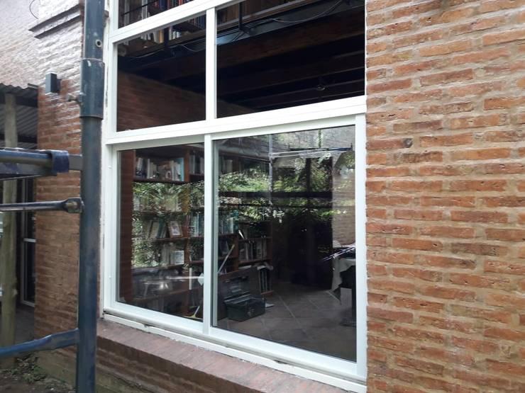 Cerramientos de aluminio en Padua: Ventanas y puertas de estilo  por Constructora del Este,