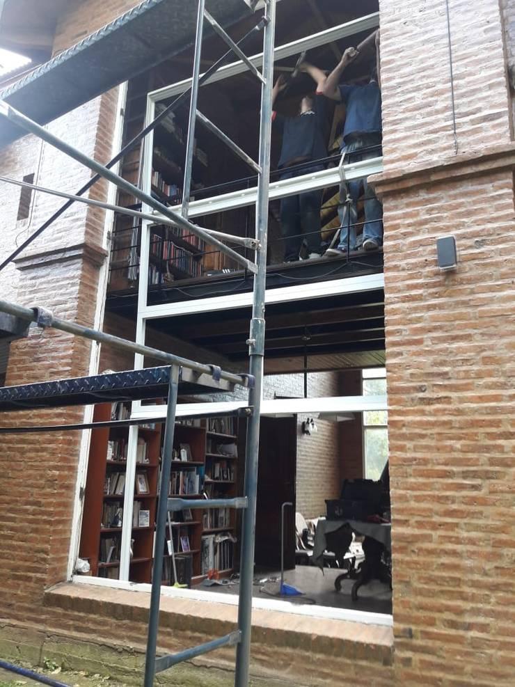 Cerramientos de aluminio en Padua: Persianas de estilo  por Constructora del Este,
