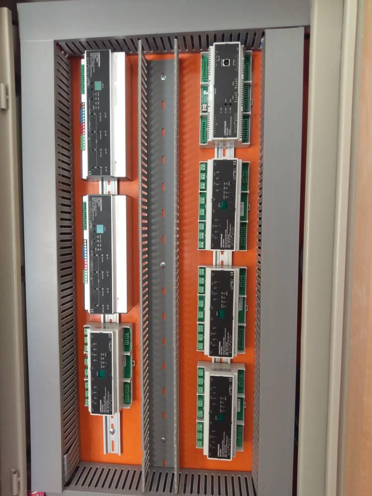 Instalación de equipos de control: Hogar de estilo  por IDx Redes Limitada