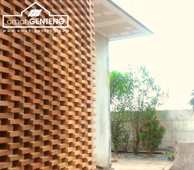 HP/WA: 081 2283 3040 - Bata Ekspos Cikarang - Omah Genteng:  Dinding by Omah Genteng