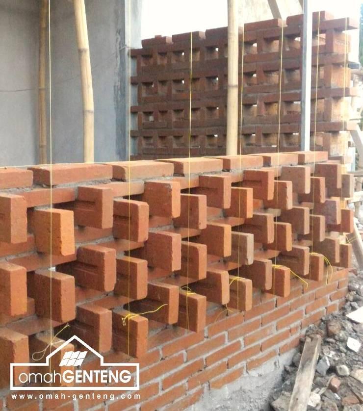 HP/WA: 081 2283 3040 - Bata Ekspos Depok - Omah Genteng:  Dinding by Omah Genteng