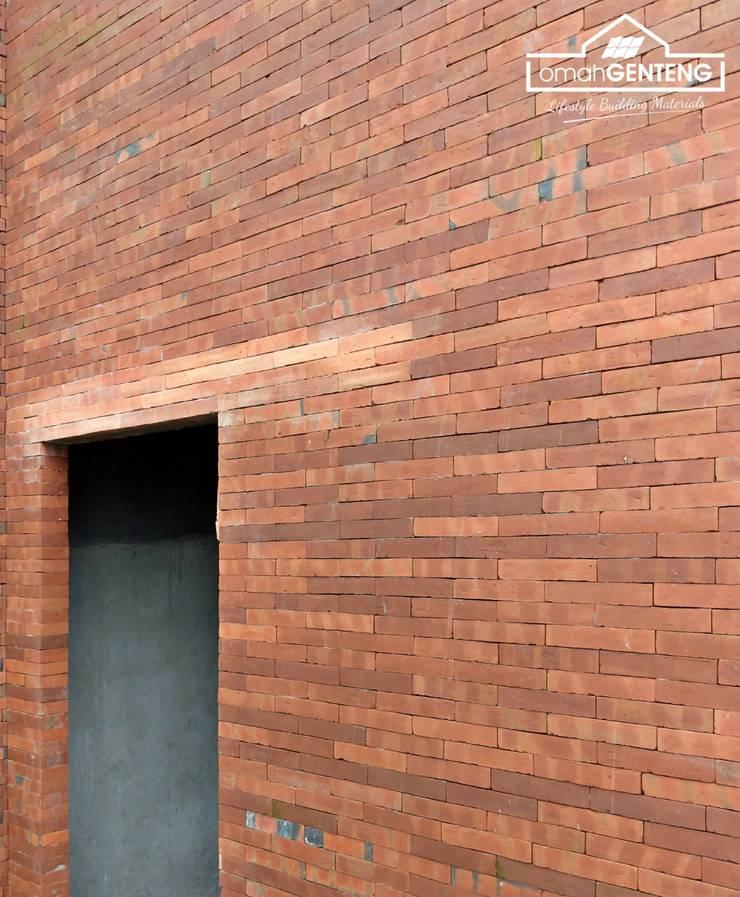 HP/WA: 081 2283 3040 - Bata Ekspos Jakarta - Omah Genteng:  Dinding by Omah Genteng