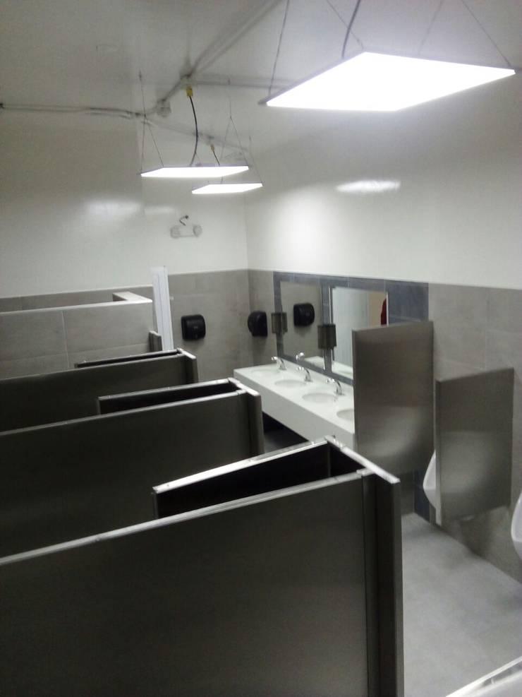 Renovación Baños Planta Producción Super Ricas – Bogota D.C./Fontibon : Baños de estilo  por End International