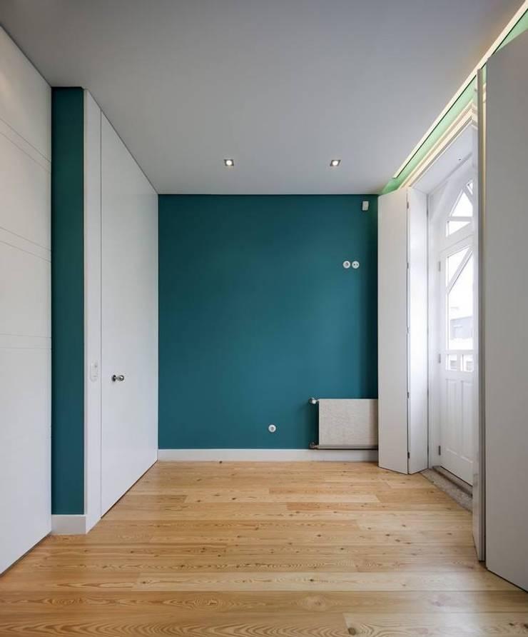 Trabajos que realizamos: Habitaciones de estilo  por Reparaciones Omar Garcia, Moderno