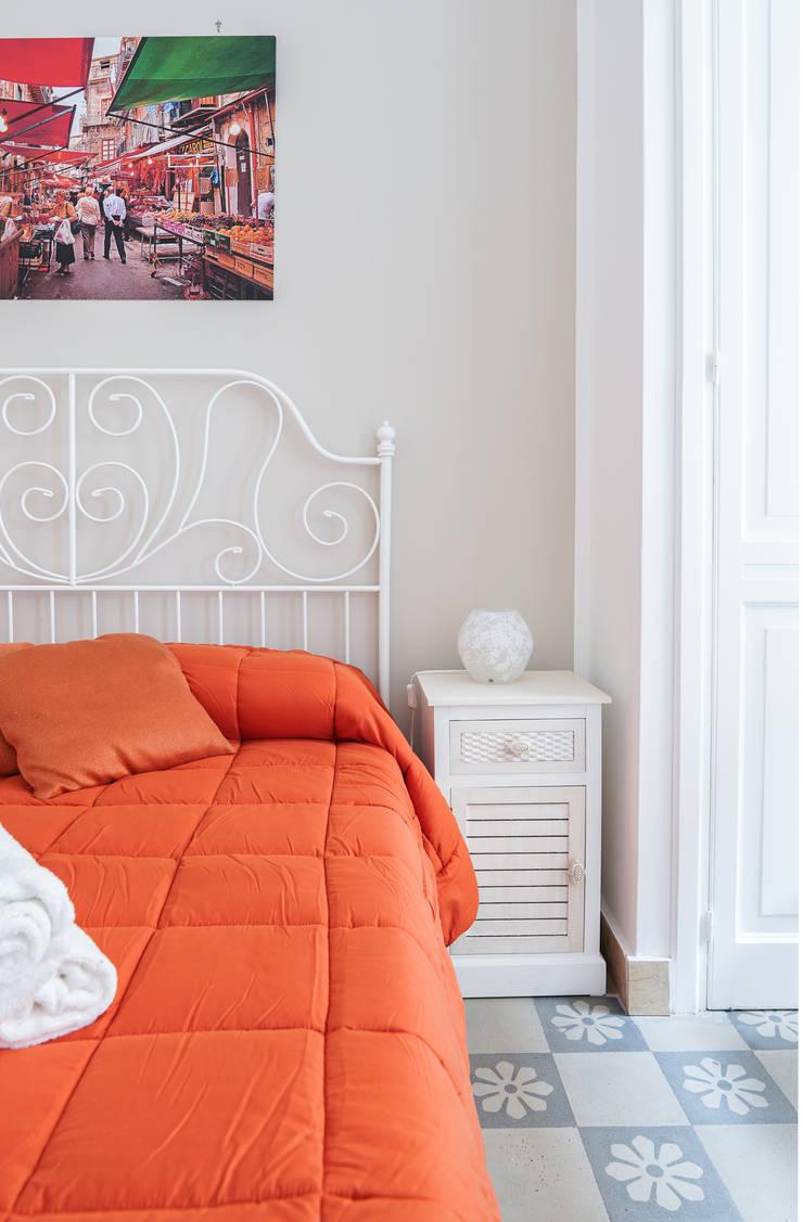 <q>Il Tari'</q> Palermo: Camera da letto in stile  di Danilo Arigo,