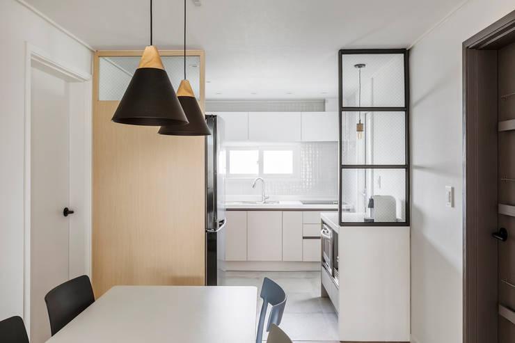 Kitchen by 스튜디오쏭 (STUDIO SSONG), Modern