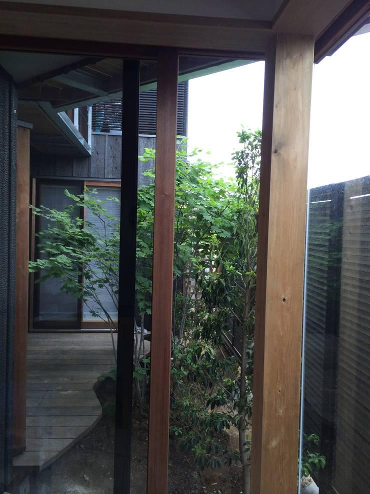 中庭: 株式会社高野設計工房が手掛けた木造住宅です。