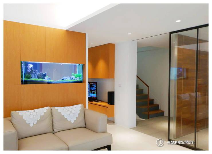 老屋翻新-住宅空間。台北【木柵-C宅】:  客廳 by 有關創意室內設計