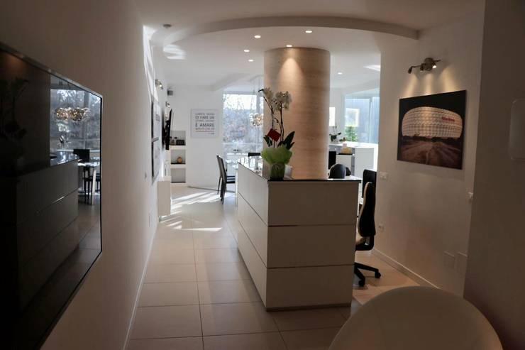 Reception/accoglienza: Complessi per uffici in stile  di serenascaioli_progettidinterni