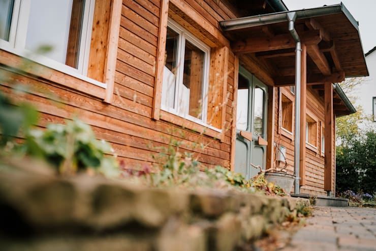 Ökologischer Holzbau von seiner schönsten Seite - naturbelassene Lärcheschalung:  Holzhaus von S2 GmbH,