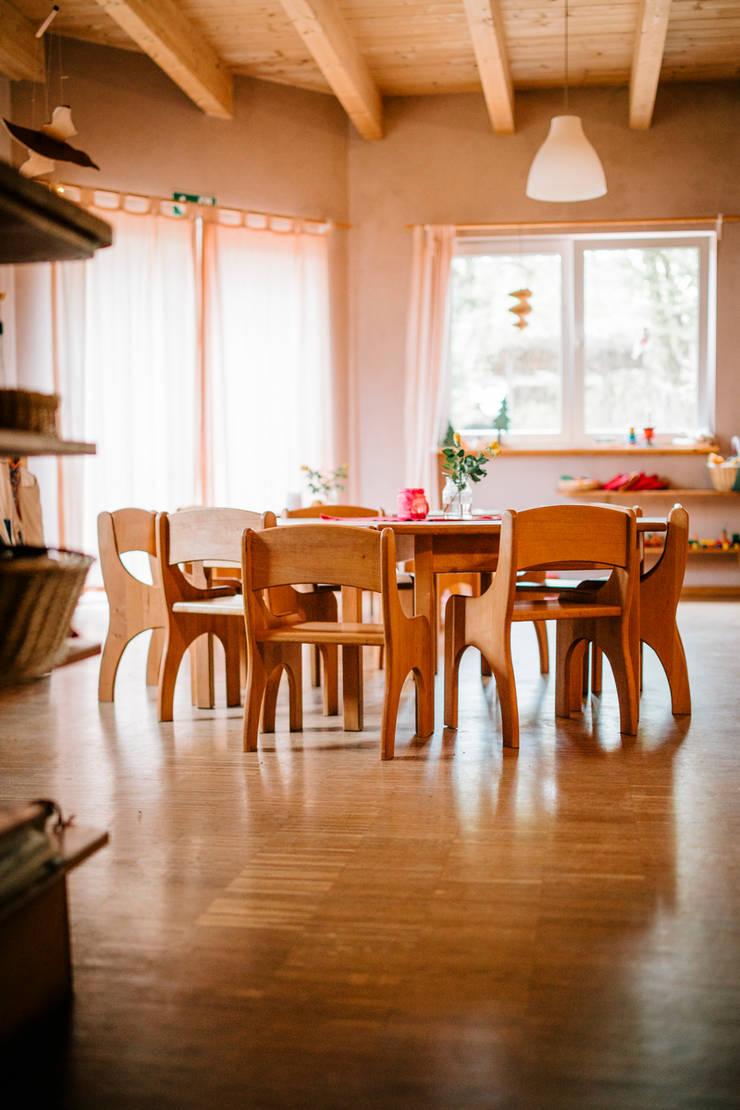 Natürliche und gesunde Baustoffe prägen die Gruppenräume:  Wohnzimmer von S2 GmbH,