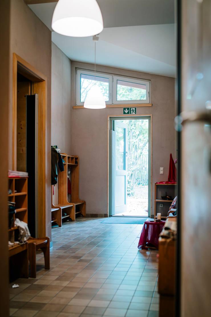 """Nebeneingang des Kindergartens """"Silberquell"""" in natürlichen Lehmfarben:  Tür von S2 GmbH,"""
