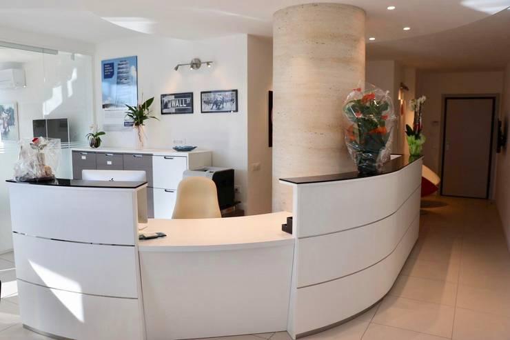 Reception: Complessi per uffici in stile  di serenascaioli_progettidinterni