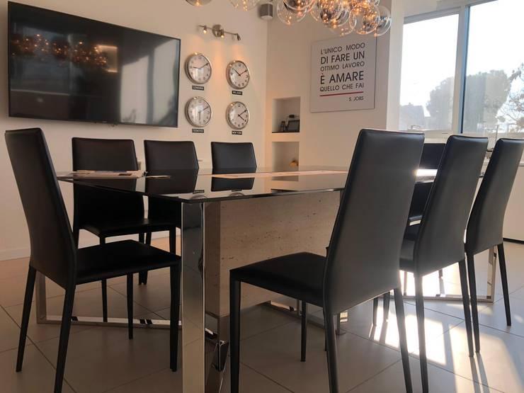 Tavolo per Meeting: Complessi per uffici in stile  di serenascaioli_progettidinterni