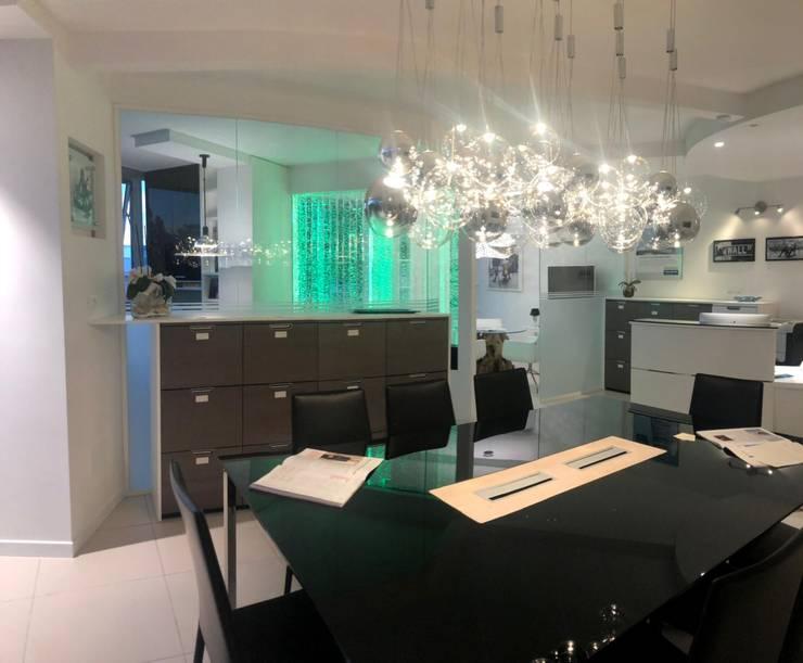 Tavolo per Meeting e Archivi: Complessi per uffici in stile  di serenascaioli_progettidinterni