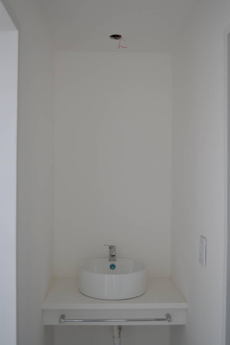 Francis: Baños de estilo  por Dinamismo Arquitectura,