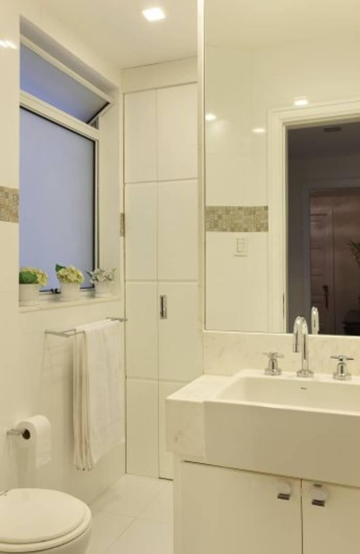Baños de estilo minimalista de Froma Arquitetura Minimalista