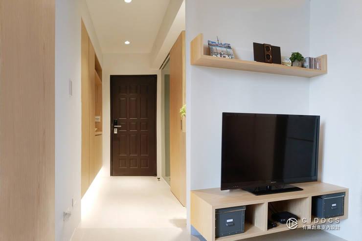 老屋翻新-住宅空間。台中【輕量機能宅】:  客廳 by 有關創意室內設計