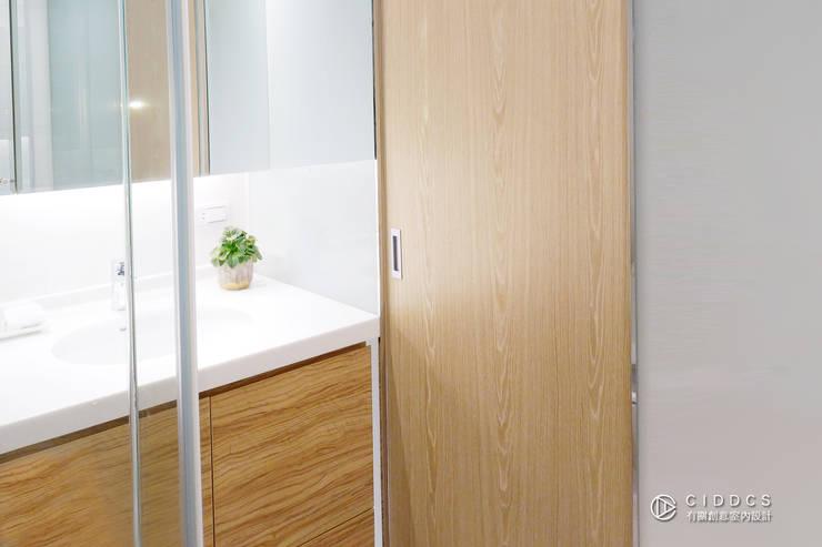 老屋翻新-住宅空間。台中【輕量機能宅】:  浴室 by 有關創意室內設計