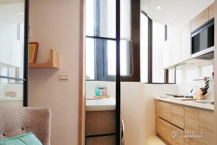 老屋翻新-住宅空間。台中【輕量機能宅】:  廚房 by 有關創意室內設計