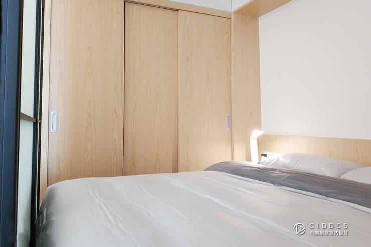 老屋翻新-住宅空間。台中【輕量機能宅】:  臥室 by 有關創意室內設計