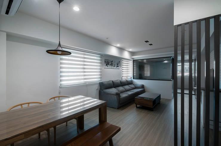 給老建築新生命的改造工程:  客廳 by 富亞室內裝修設計工程有限公司