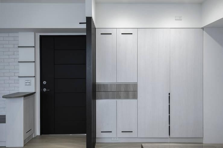 給老建築新生命的改造工程:  走廊 & 玄關 by 富亞室內裝修設計工程有限公司