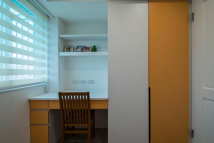 給老建築新生命的改造工程:  男孩房 by 富亞室內裝修設計工程有限公司