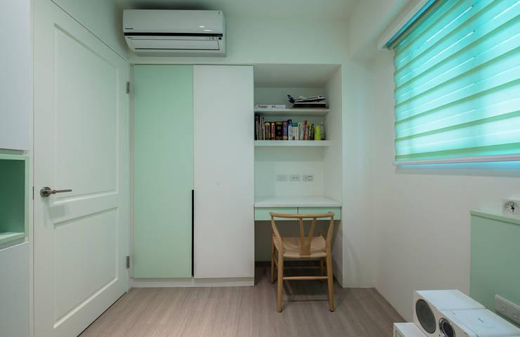 給老建築新生命的改造工程:  青少年房 by 富亞室內裝修設計工程有限公司