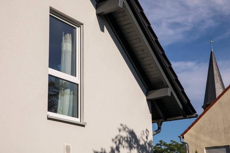 FingerHaus GmbH - Bauunternehmen in Frankenberg (Eder):  tarz Beşik çatı, Modern